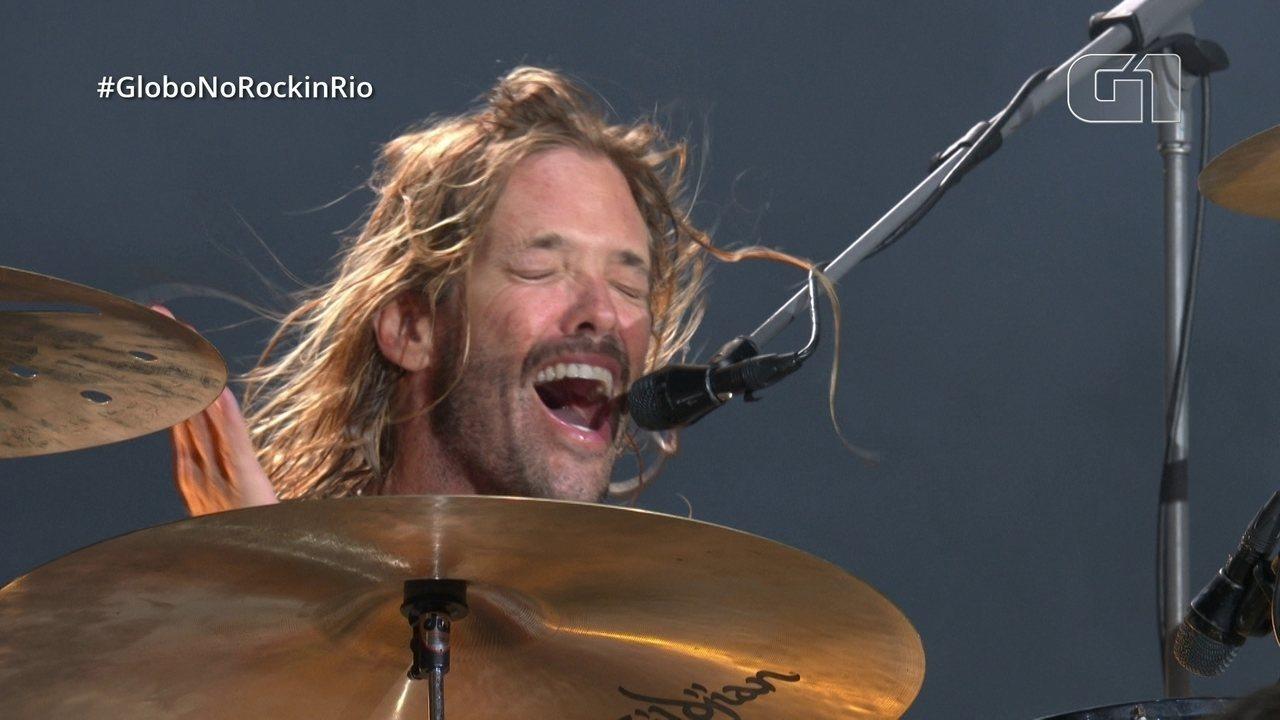 """Baterista do Foo Fighters assume vocais e público acompanha em coro """"Love of my life"""""""