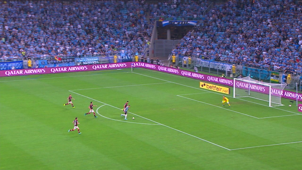 Cebolinha fica de cara com gol e chuta, mas Diego Alves defende, aos 18 do 2º tempo