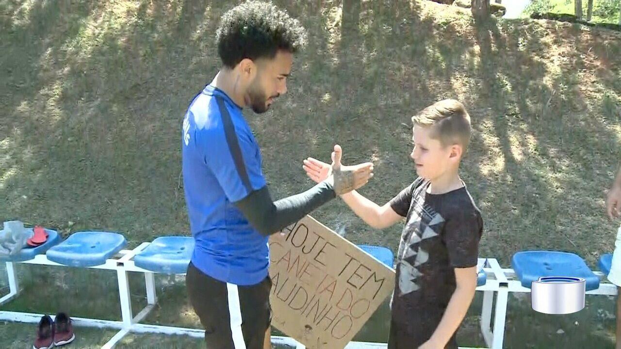 Claudinho encontra torcedor que vibra com dribles do jogador do Bragantino