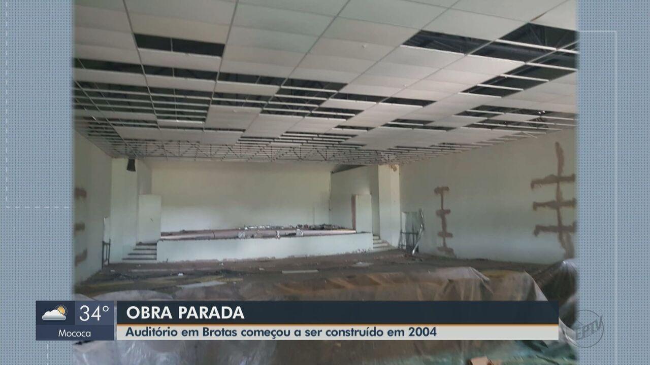 Obra de auditório em Brotas começou há 15 anos e ainda não foi concluída