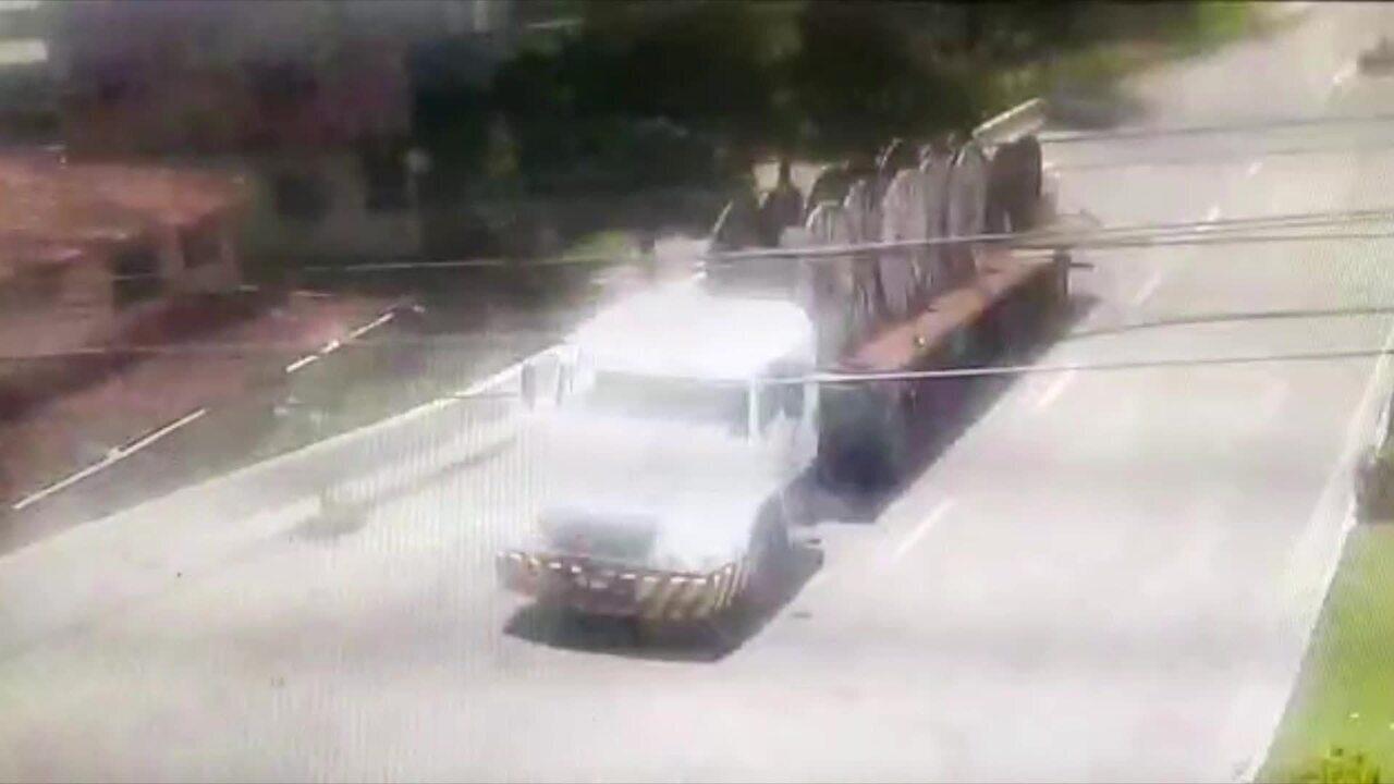 Professor morre após ser atingido por bobina que se soltou de carreta em Vila Velha, ES