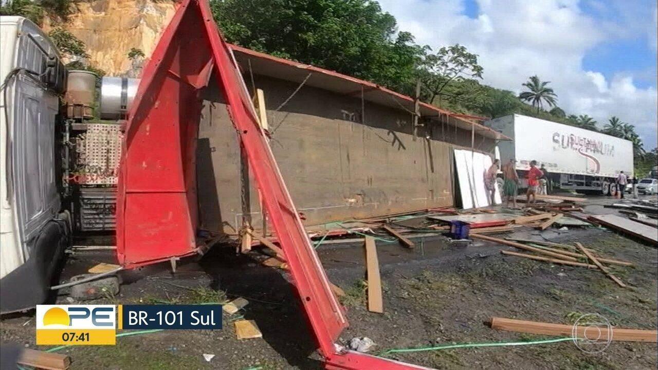 Acidente na BR-101 deixa um homem ferido após tombamento de carreta