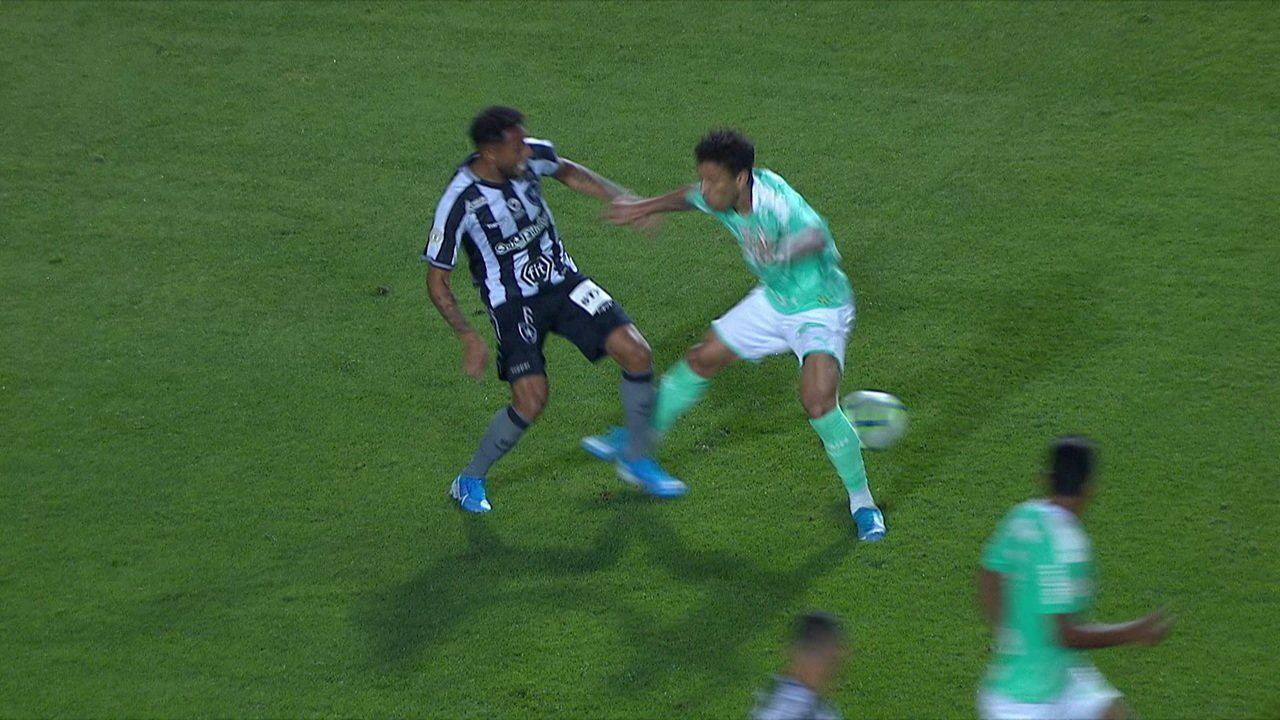 Gilson leva pancada no joelho e não consegue seguir na partida contra o Palmeiras, aos 8 do 2º