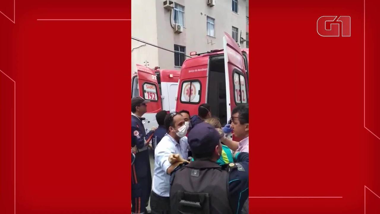 Primeira pessoa resgatada do desabamento, em Fortaleza