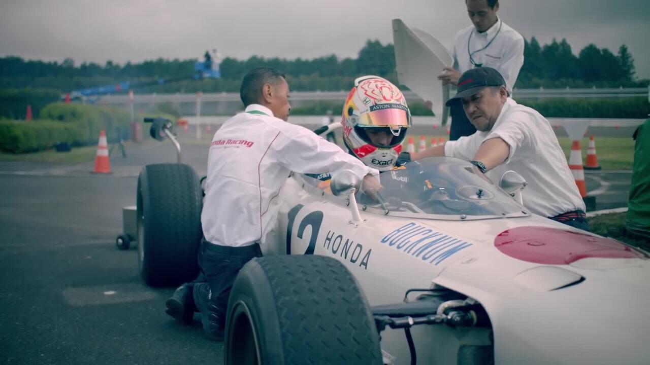 Max Verstappen e Takuma Sato andam em carros clássicos da RBR e da Honda