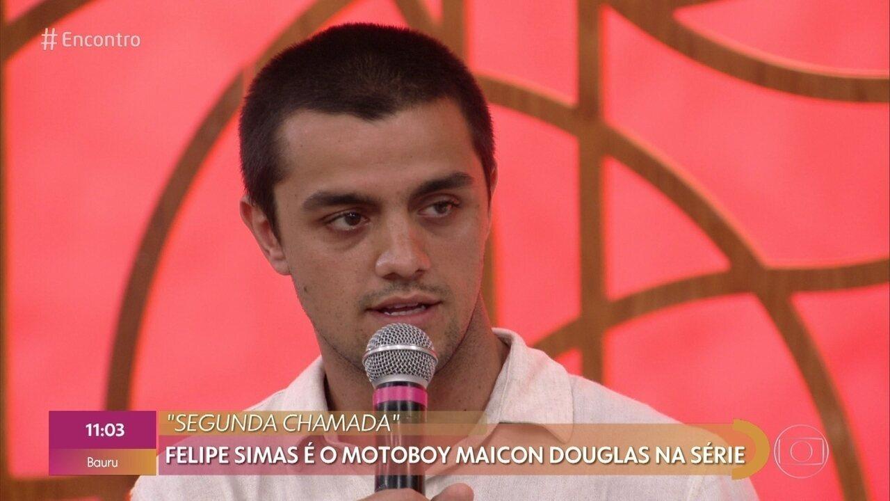 Felipe Simas é o motoboy Maicon Douglas em 'Segunda Chamada'