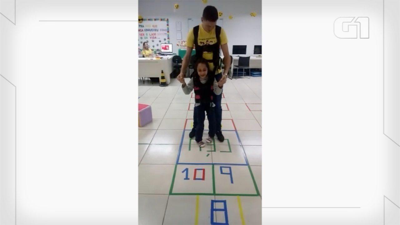 Menina de 7 anos realiza sonho ao pular amarelinha em Apae de MS