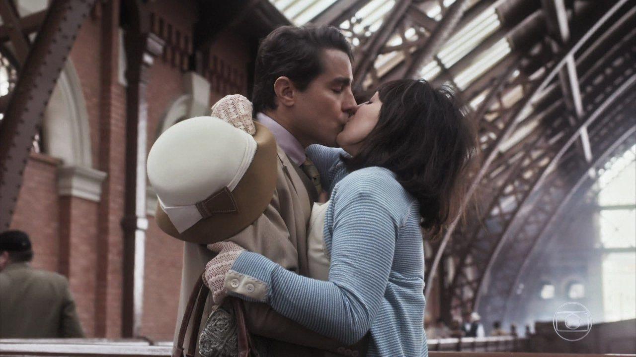 Almeida beija Clotilde