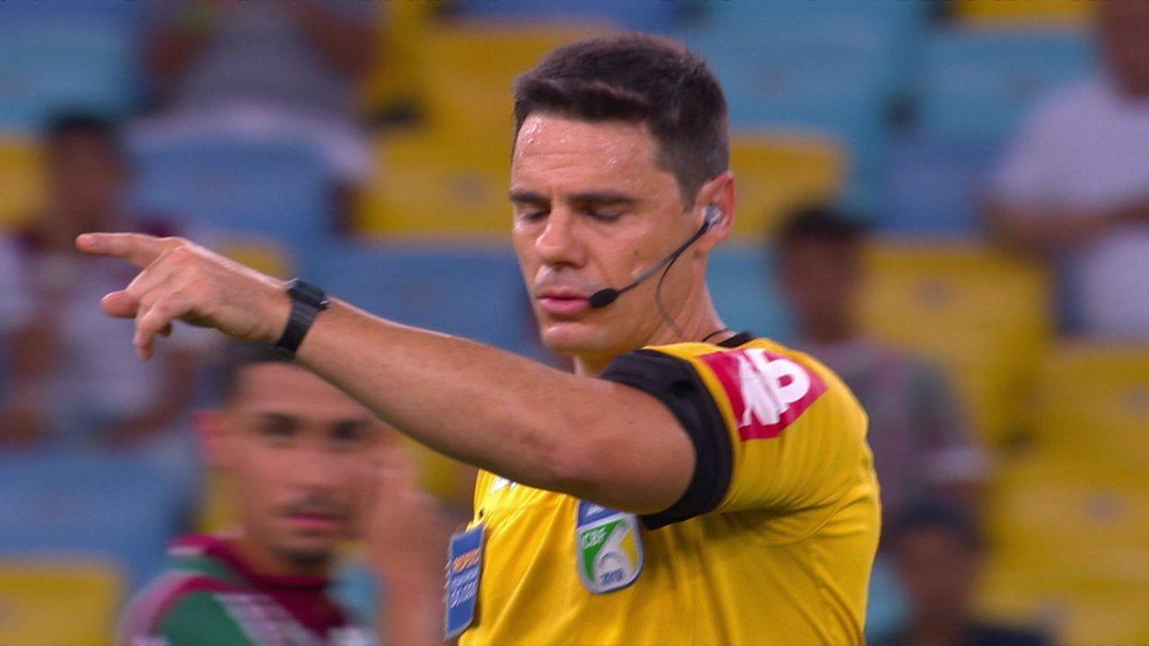 Gol anulado do Athetico-PR! Árbitro de vídeo acusa o impedimento de Márcio Azevedo na origem da jogada, aos 15' do 1º tempo
