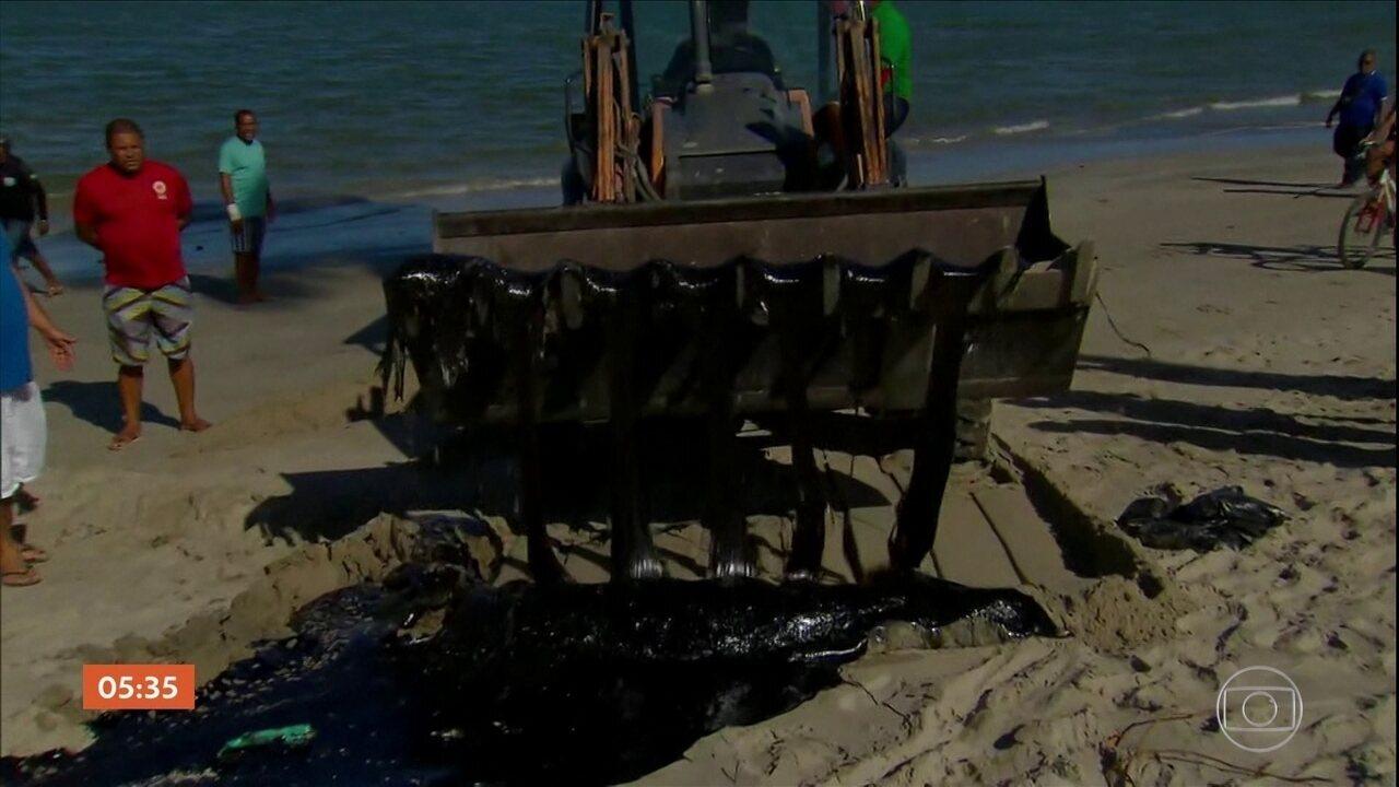 Enormes manchas de óleo cru não param de chegar ao litoral do Nordeste