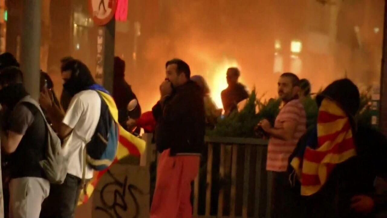 Barcelona tem intenso confronto entre policiais e manifestantes