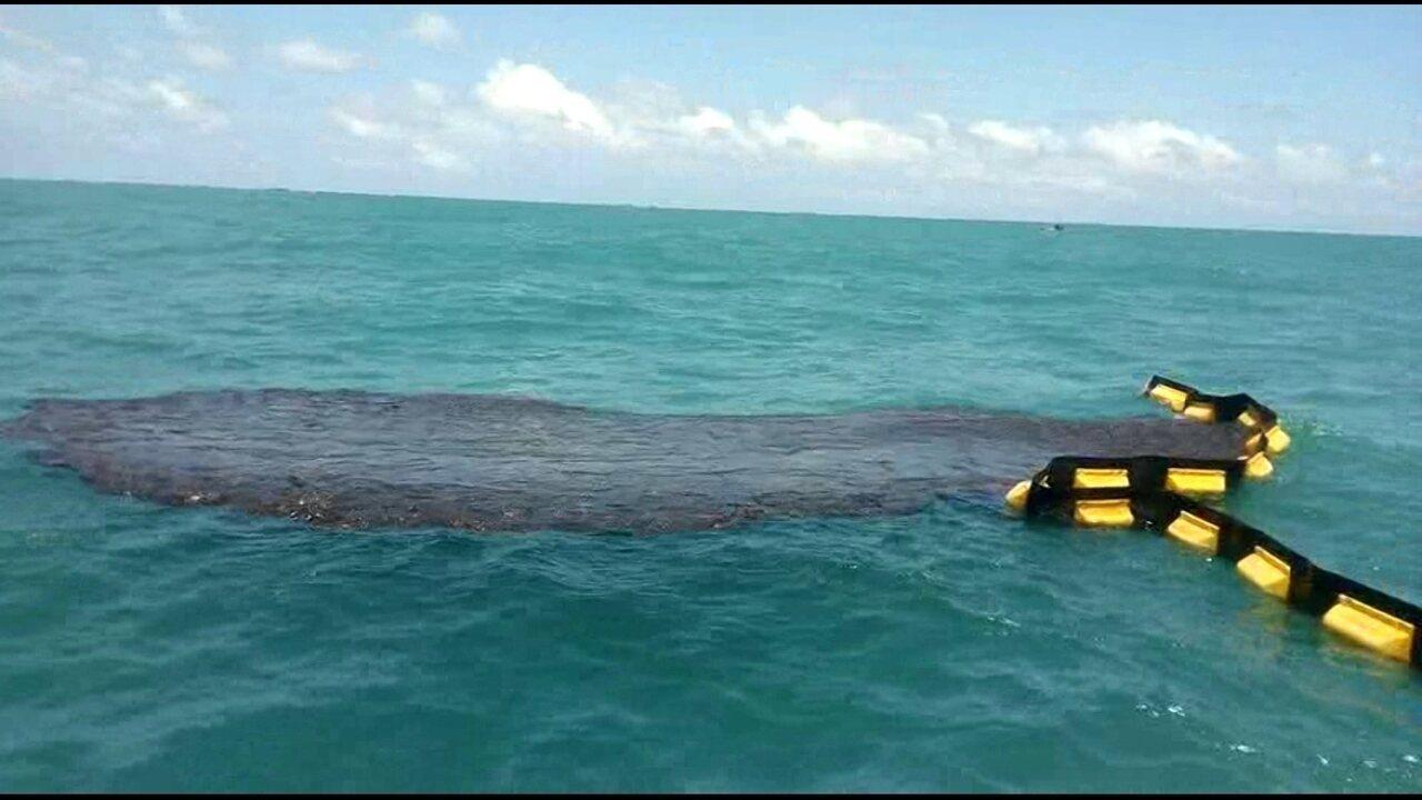 Contenção de óleo em alto-mar é feita em Ipojuca