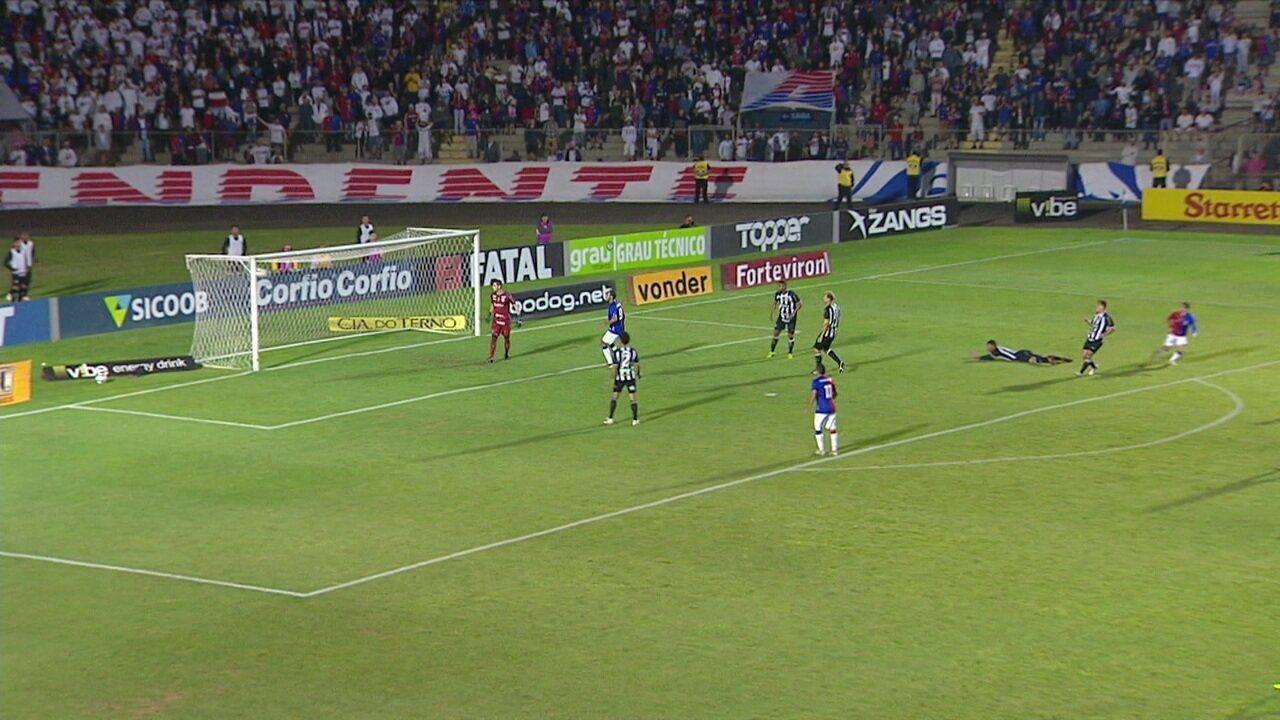 Pimentinha bate de dentro da área, mas bate na trave do gol, aos 11' do 2º tempo