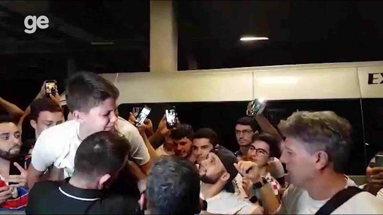 Renato dá camisa do Grêmio de presente e leva pequeno torcedor às lágrimas no Castelão