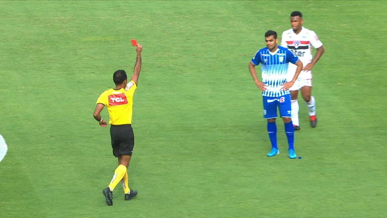 Após revisão no VAR, árbitro expulsa Brenner do Avaí por entrada em Bruno Alves