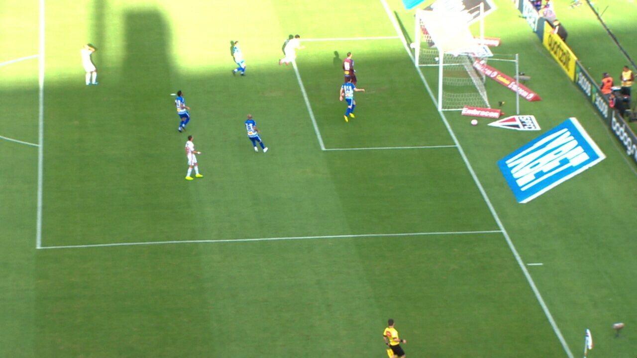 Antony dá passe para Pato dentro da área e o atacante perde o gol, aos 4' do 2º tempo