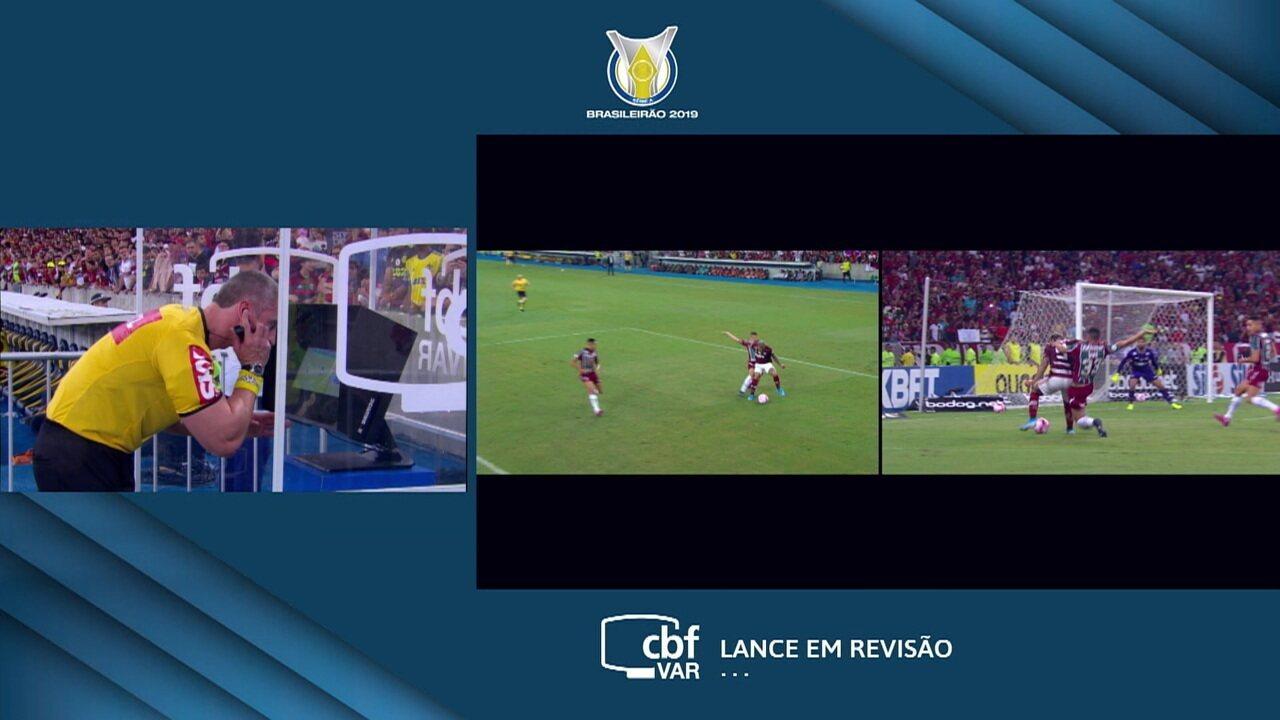 Var é chamado! Daronco analisa dividida na área e não marca o pênalti. É escanteio para o Flamengo, aos 12' do 1º tempo