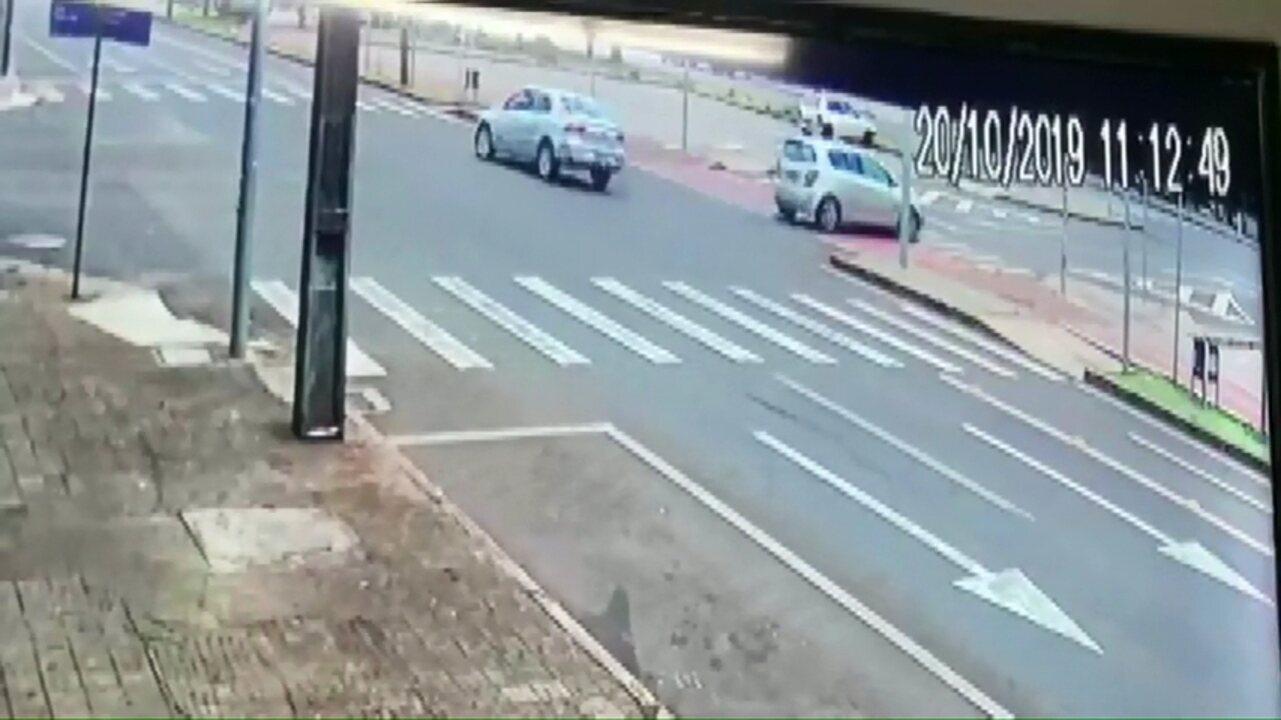 Homem alcoolizado causa acidente com dois ciclistas na Av. Brasil