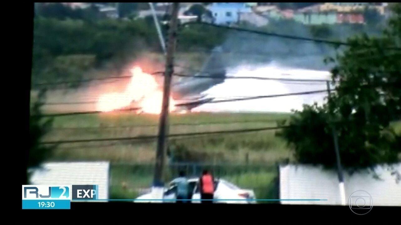 Caça pega fogo e explode em São Pedro da Aldeia, na Região dos Lagos.