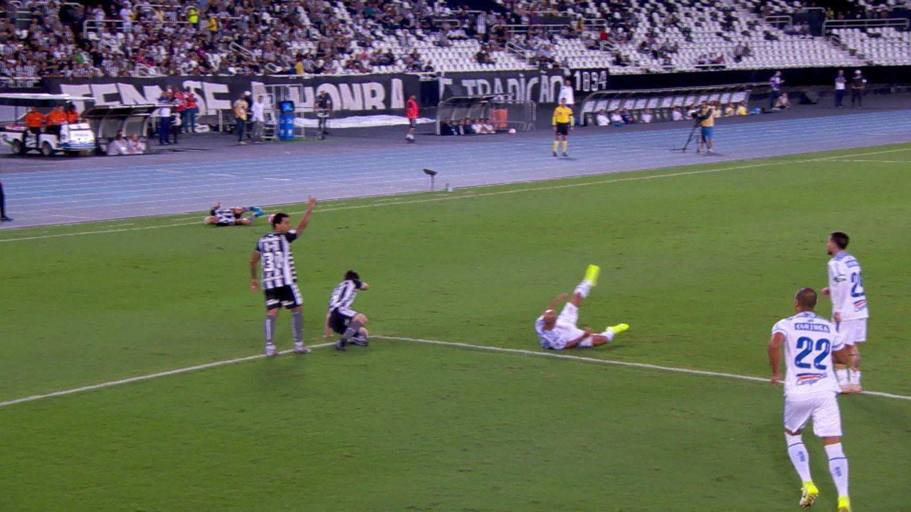 Após ficar jogado no chão, Léo Valência fica com a bola e arranca para o ataque, aos 37' do 1ºT