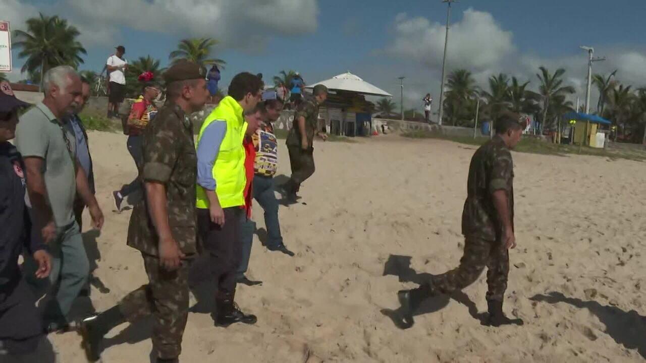 Homens do Exército ajudam na limpeza das praias do Nordeste