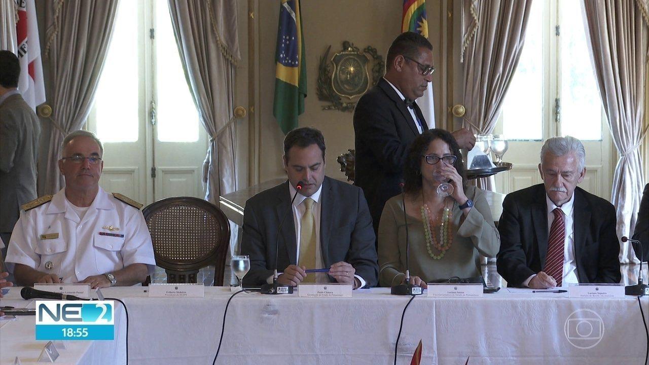 Governo e prefeituras discutem ações para conter óleo nas praias de Pernambuco