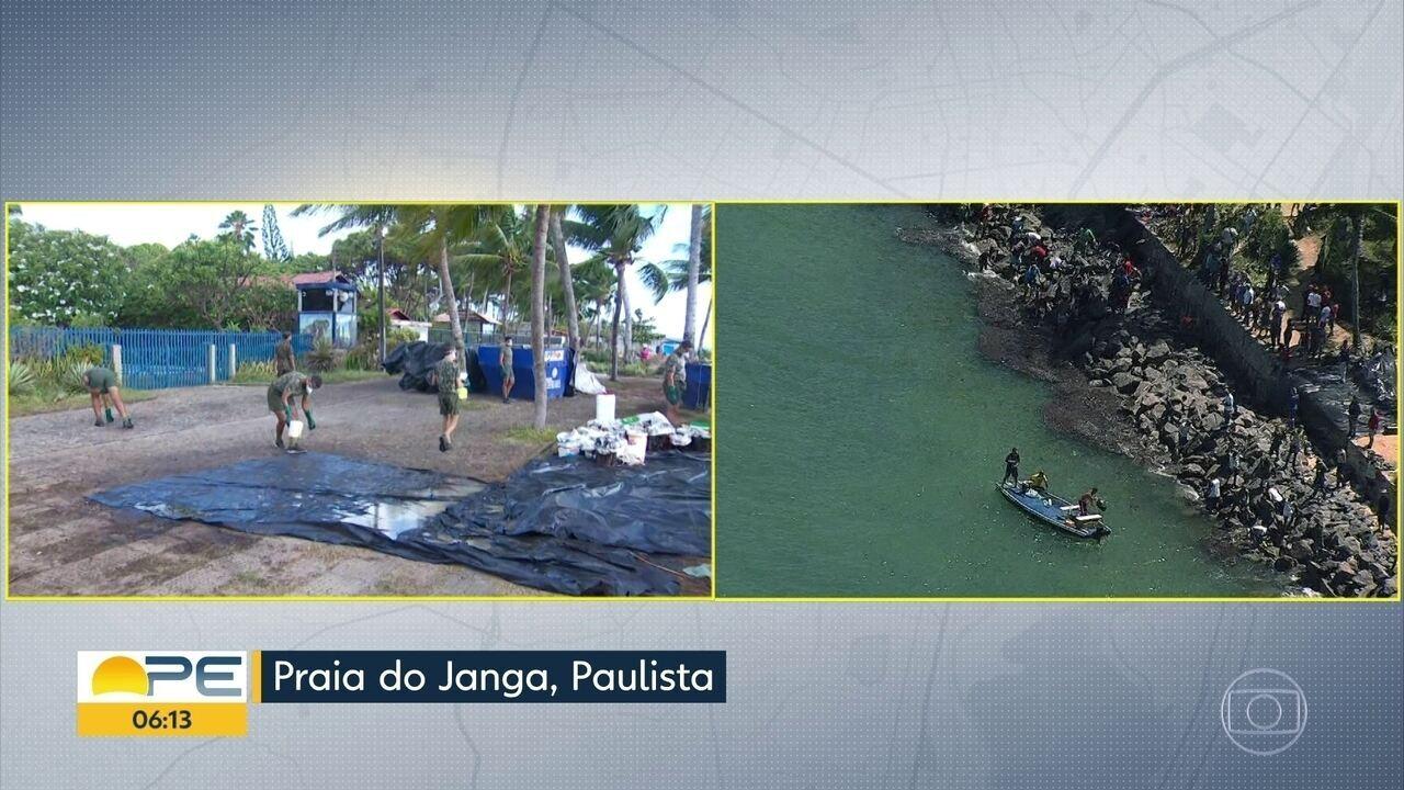 Paulista limpa praias atingidas por óleo e monitora chegada de novas manchas