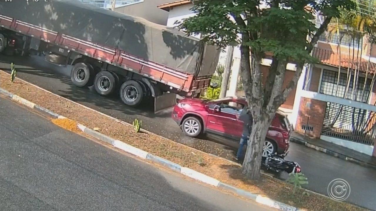 Carreta não consegue subir ladeira e causa acidente em Itatiba