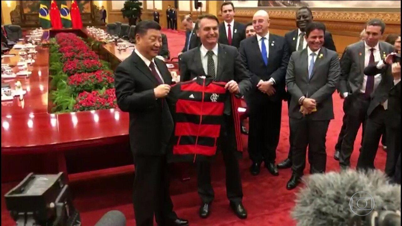 Jair Bolsonaro se encontra com o presidente chinês Xi Jinping durante viagem à Ásia