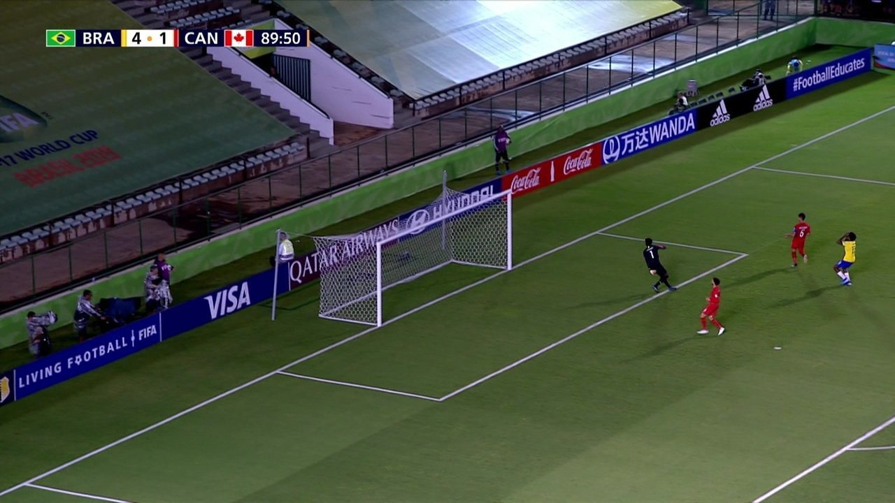 Pedro Lucas dá bonito passe para Talles Magno, que fica de cara para o goleiro, mas manda por cima, aos 44' do 2º tempo