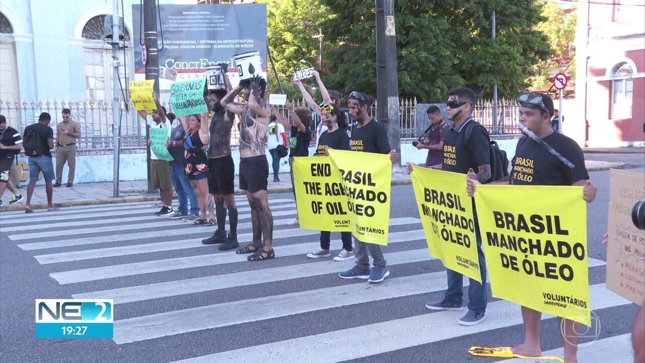 Protesto no Recife pede providências sobre óleo nas praias do Nordeste