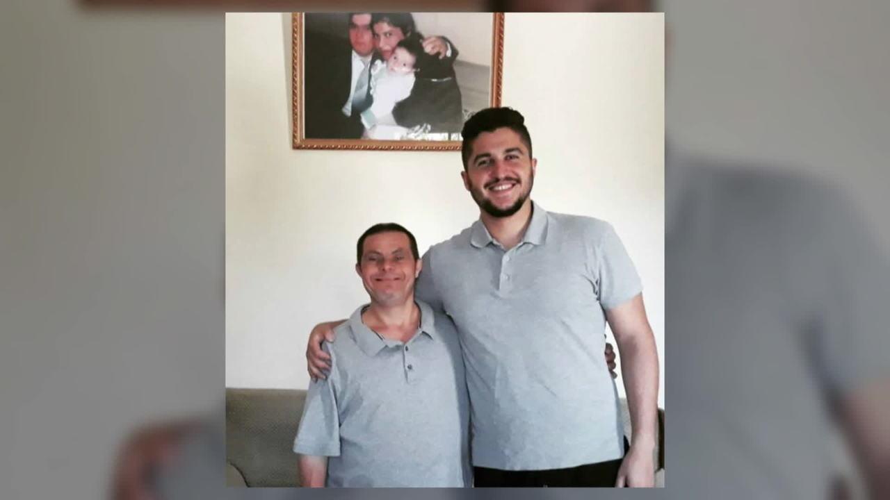 Olhar Em Pauta: Jovem dedica diploma de odontologia para pai com síndrome de Down na Síria