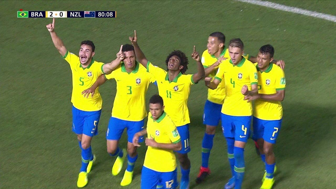 Gol do Brasil! Talles Magno rouba a bola e amplia, aos 35' do 2º tempo