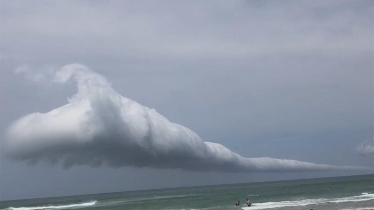 Nuvem rolo é vista na Praia do Santinho por volta das 13h45. Crédito: Marcos Machado