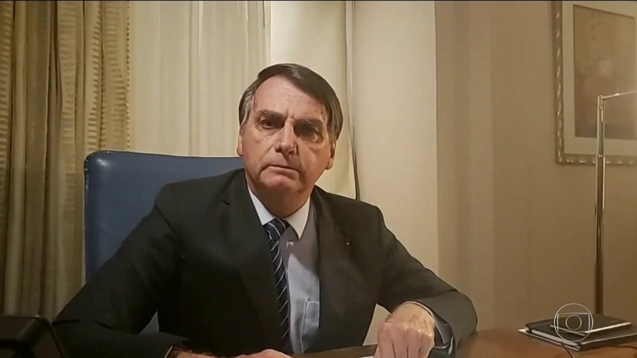 Em transmissão nas redes sociais, presidente Jair Bolsonaro insulta a TV Globo