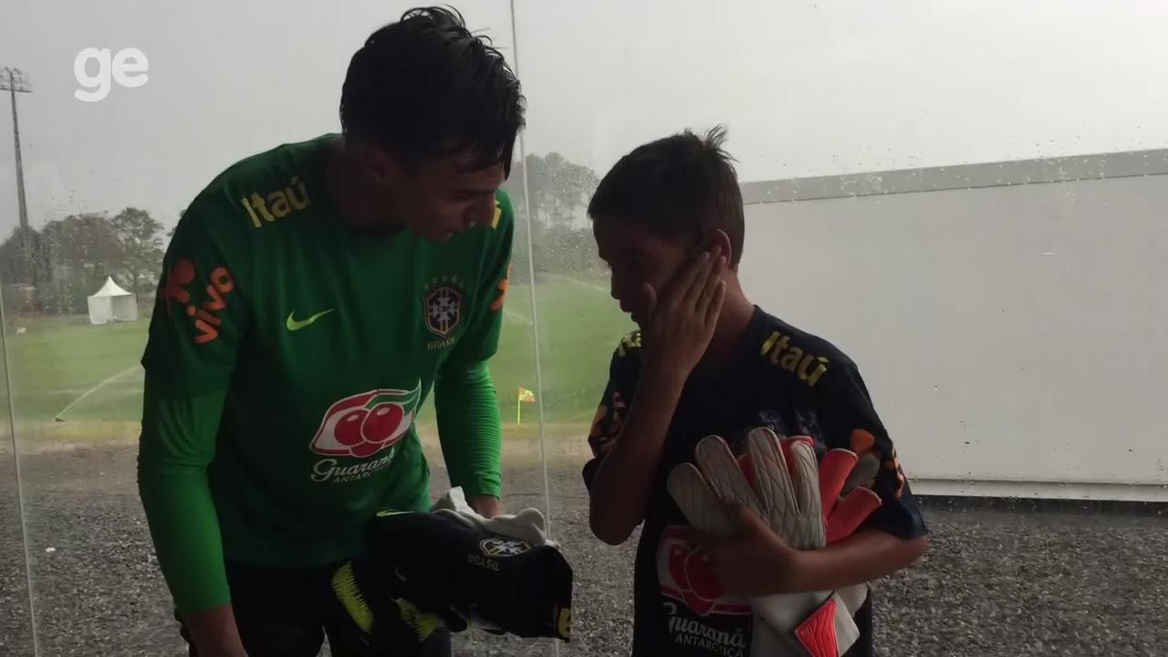 """Fã de Donelli, pequeno goleiro Arthur """"Tafarinha"""" visita treino do sub-17 e ganha presente"""