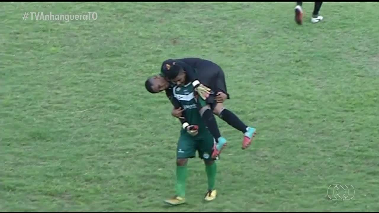 Goleiro é retirado de campo nas costas de companheiro de equipe