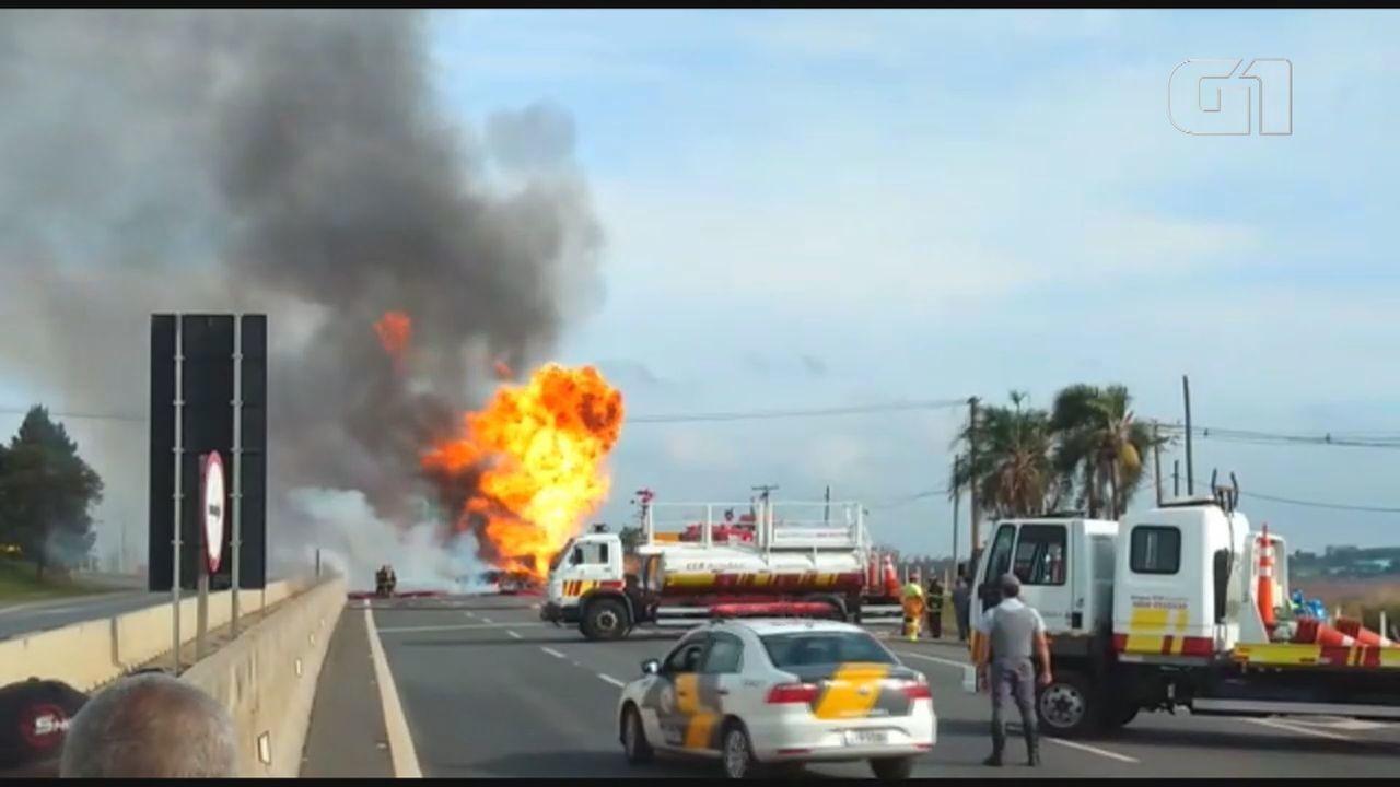 Caminhões pegam fogo na Rodovia Anhanguera e homem tem corpo queimado