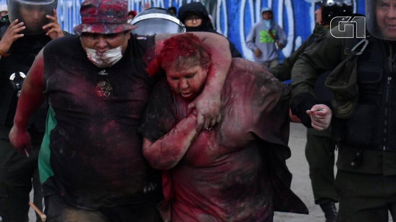 Manifestantes cortam cabelo de prefeita de Vinto, na Bolivia