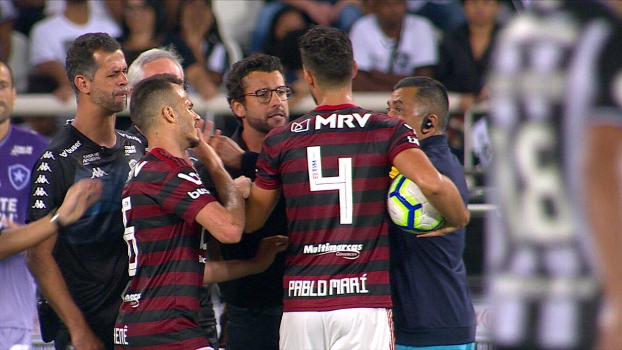 Pablo Marí e Alberto Valentim se desentendem em cobrança de lateral
