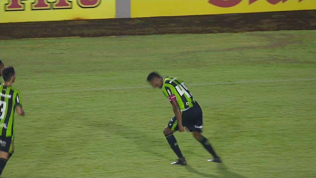 Gol do América-MG! Após escanteio, Ricardo Silva cabeceia para as redes, aos 18 do 1t