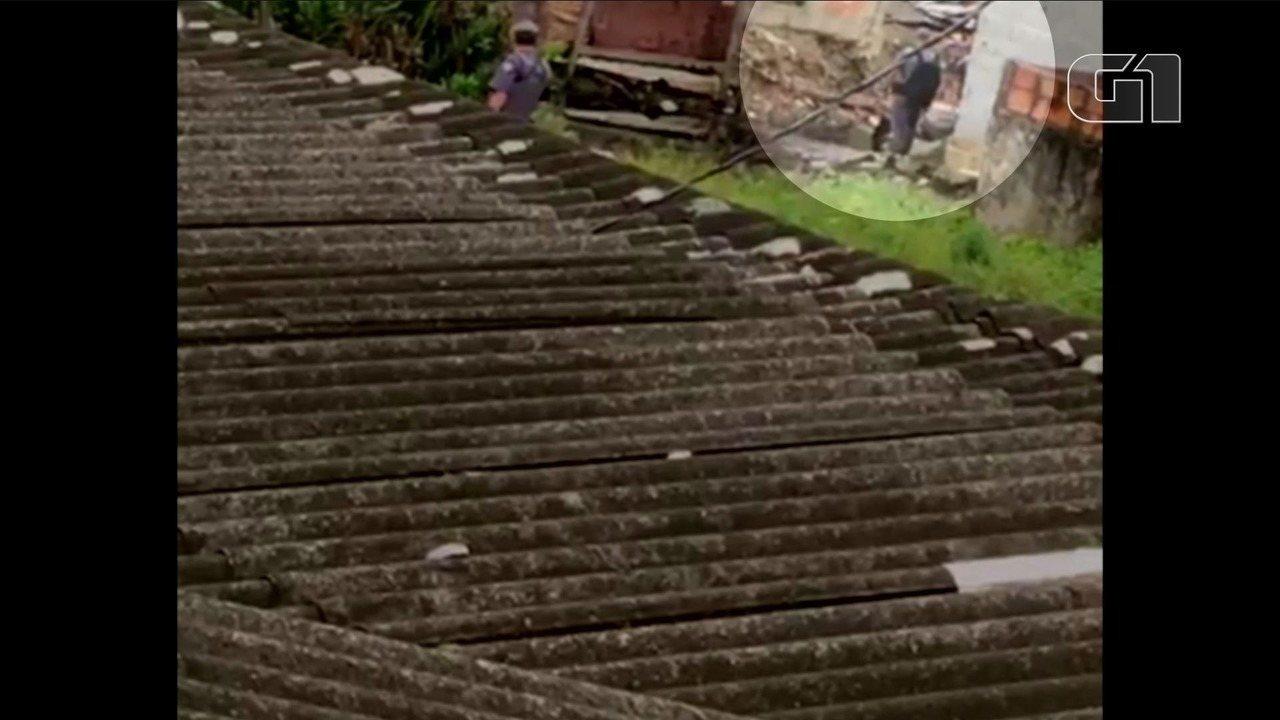 Vídeo mostra PM jogando corpo de adolescente em vala em São Vicente, SP