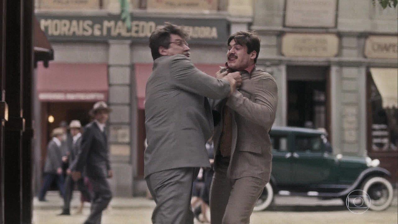 Alfredo e Júlio se enfrentam