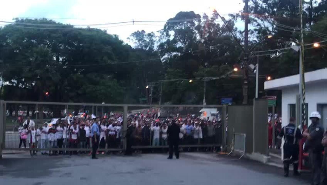 Torcida do São Paulo protesta após derrota para o Athletico no Morumbi