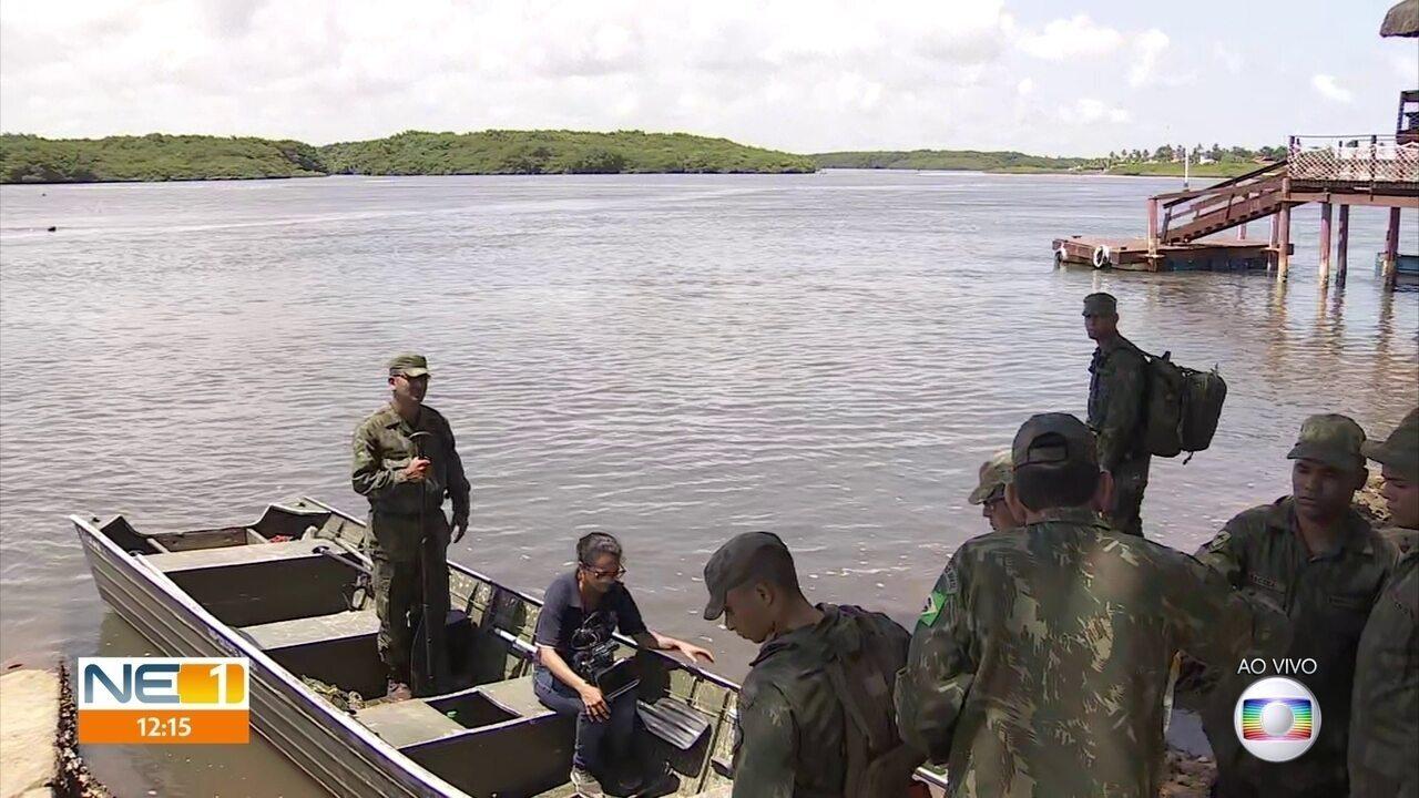 Fuzileiros navais começam a trabalhar na limpeza de manchas de óleo em Sirinhaém