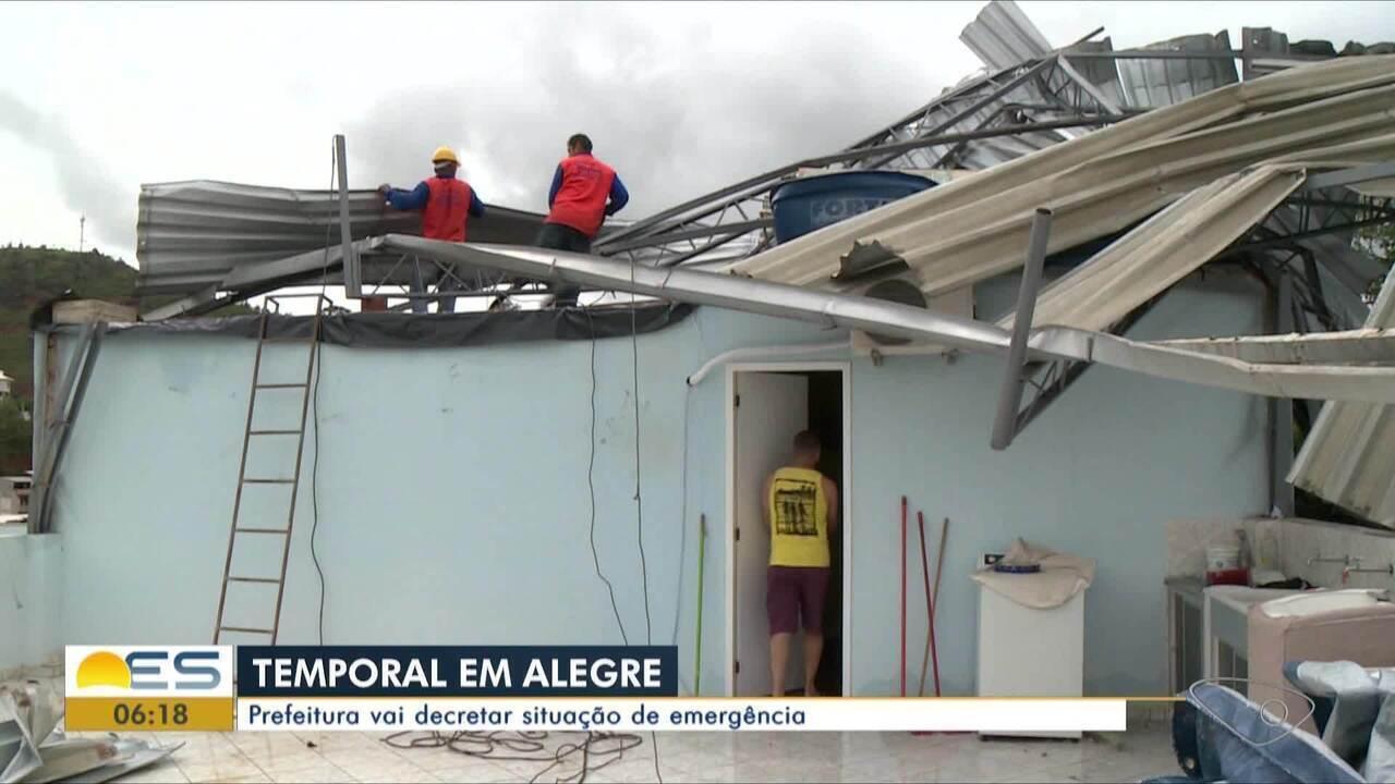 Temporal em Alegre, ES, deixa ruas alagadas e escolas destelhadas