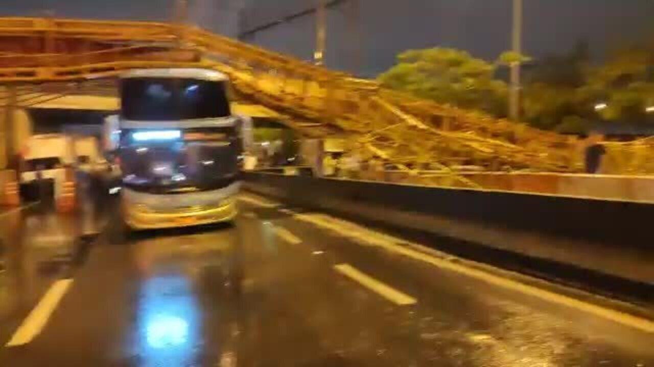 Passarela desaba e atinge veículos na Marginal Tietê