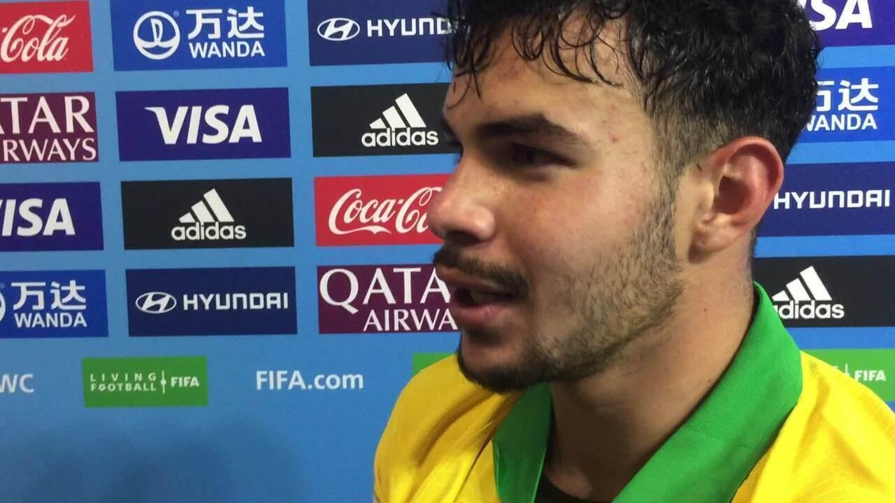 Daniel Cabral exibe marcas de disputa com França e comenta jogada em gol de Veron