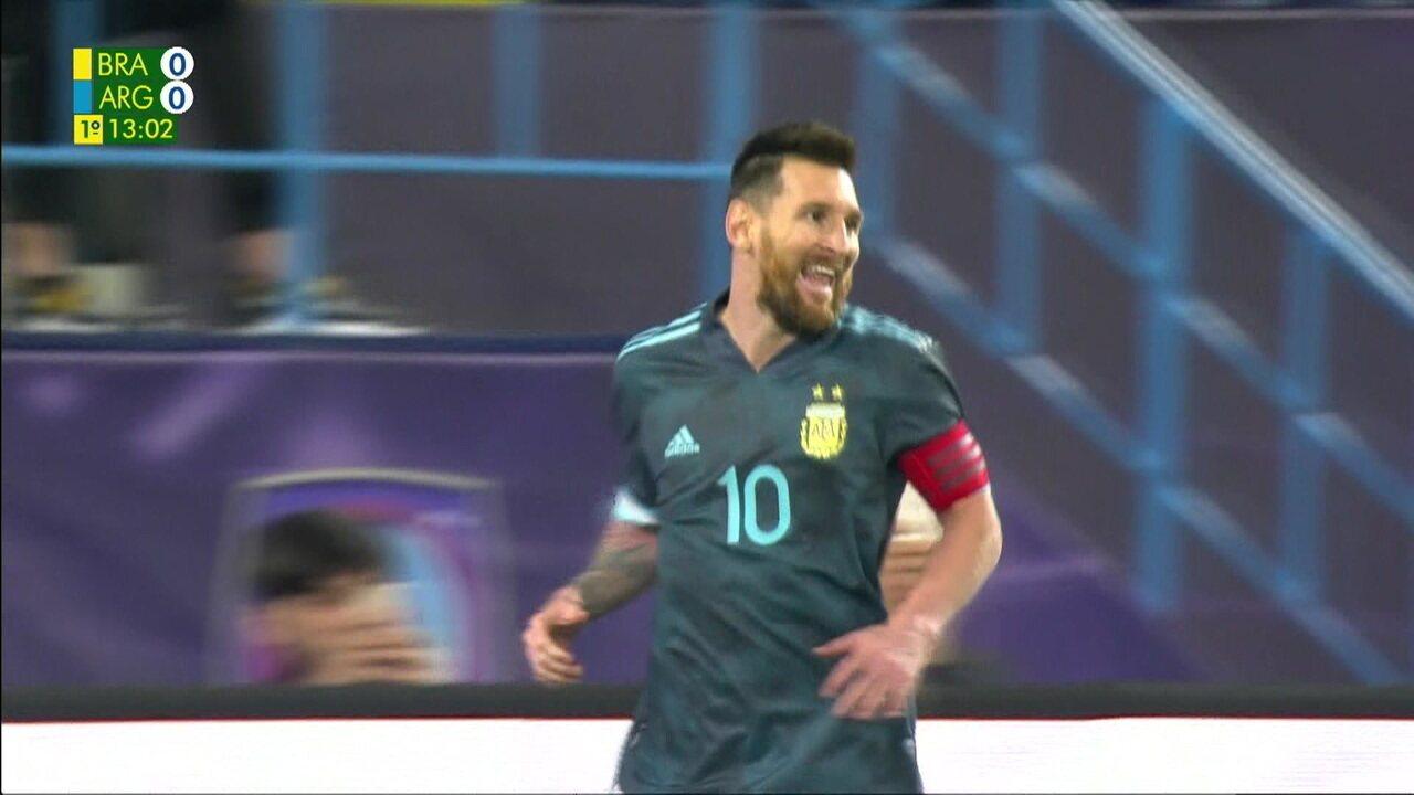 Gol da Argentina! Messi bate pênalti e Alisson defende. No rebote, atacante abre o placar, aos 12' do 1º tempo