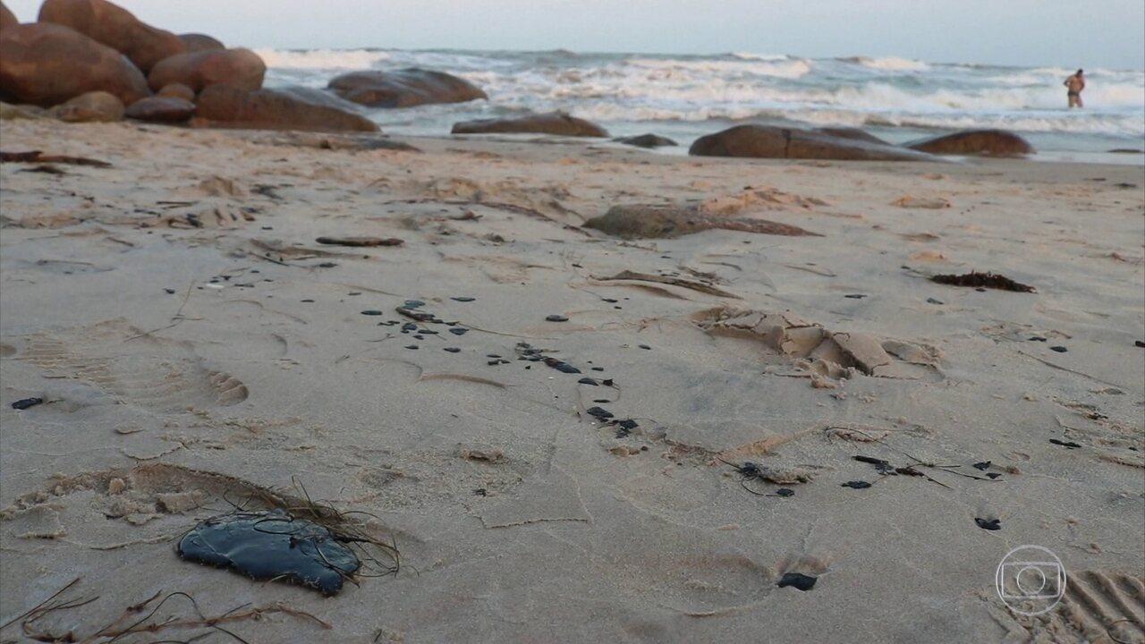 Manchas de óleo voltam a aparecer nas praias do Piauí e da Bahia